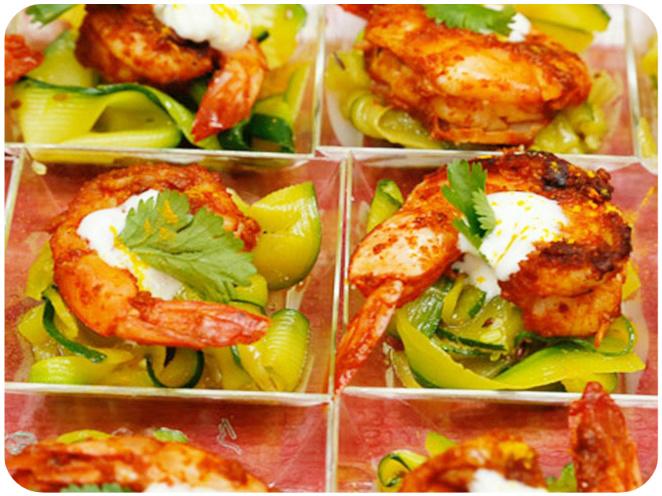 Crevettes tandoori, tagliatelles de courgettes au curcuma & crème fouettée au gingembre